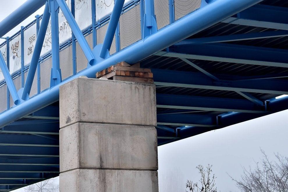 Milano, quel ponte in via Novara che poggia sul legno