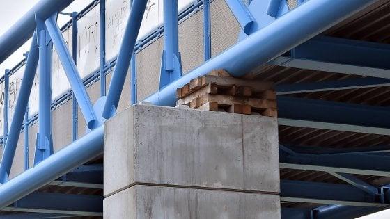 """Milano, il ponte in via Novara che poggia su travetti di legno. I tecnici: """"Nessun rischio"""""""