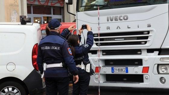 Milano, investito da camion mentre attraversa col rosso: 79enne muore in viale Monza