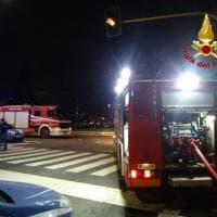 Milano, in lite con il vicino gli incendia la casa: 53enne salvato insieme ai suoi gatti