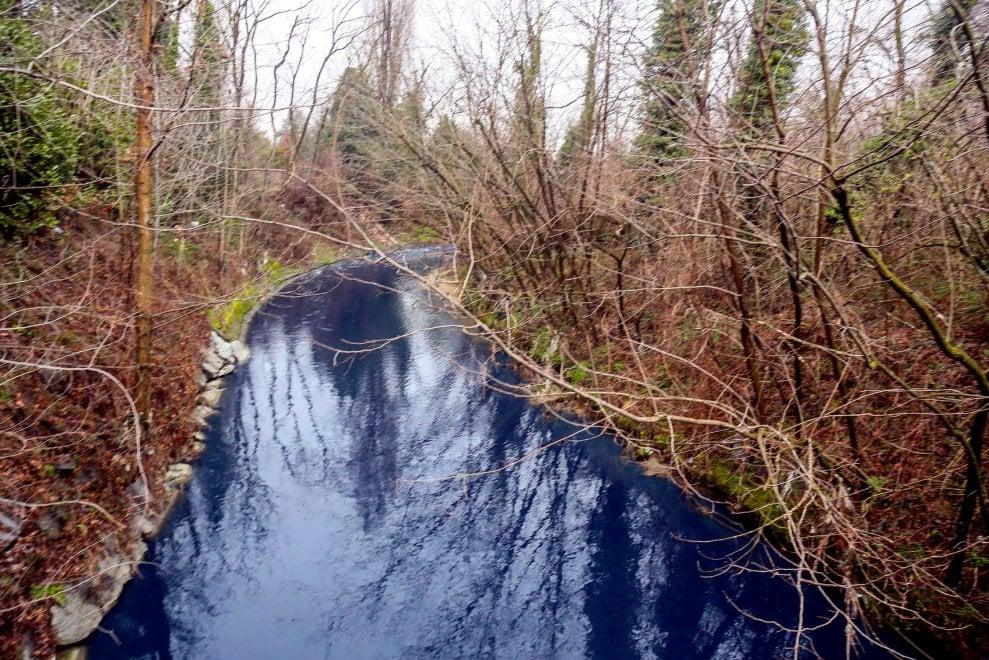 Le acque del Seveso sono blu, i cittadini danno l'allarme