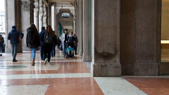 """Milano, clochard denuncia: """"Bruciate le mie cose in piazza Duomo"""""""