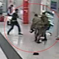 Milano, ferì a coltellate due militari e un agente in Centrale. La pm: