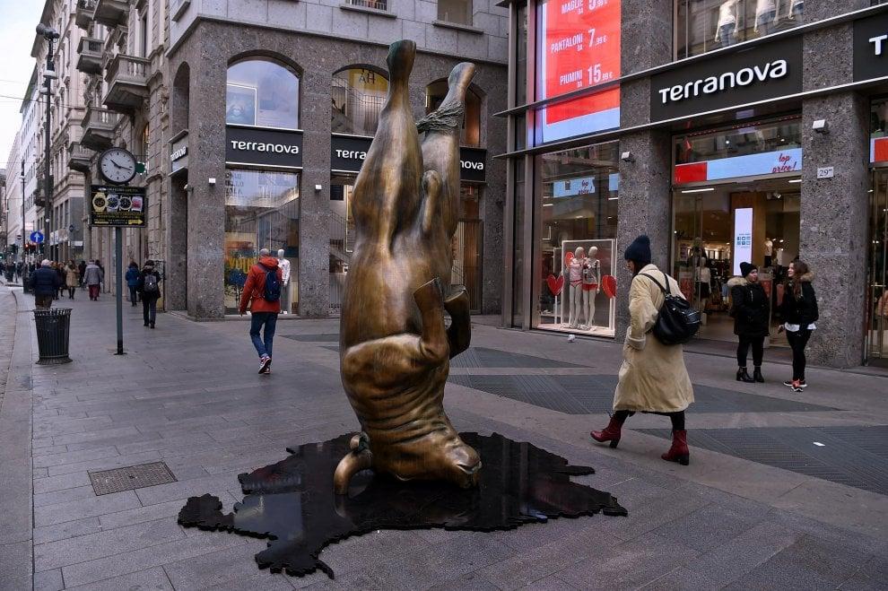 Milano, spunta il toro a testa in giù di Balzano: tra foto e selfie, la curiosità dei passanti