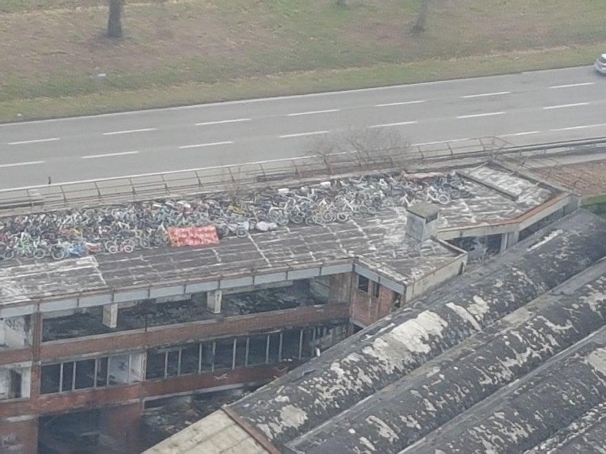 Milano, l'elicottero scopre il deposito nascosto delle biciclette rubate