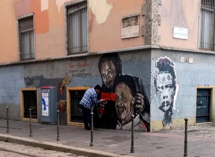 Oltraggiato il murale di Falcone e Borsellino: il vandalo fotografato da un residente
