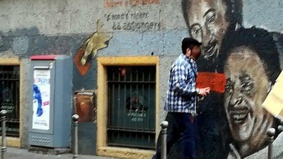 Milano, denunciato il vandalo che ha imbrattato il murale di Falcone e Borsellino: è un uomo di 32 anni