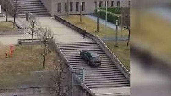 Lecco, svelato il mistero dell'auto sulle gradinate: era un 75enne andato in confusione