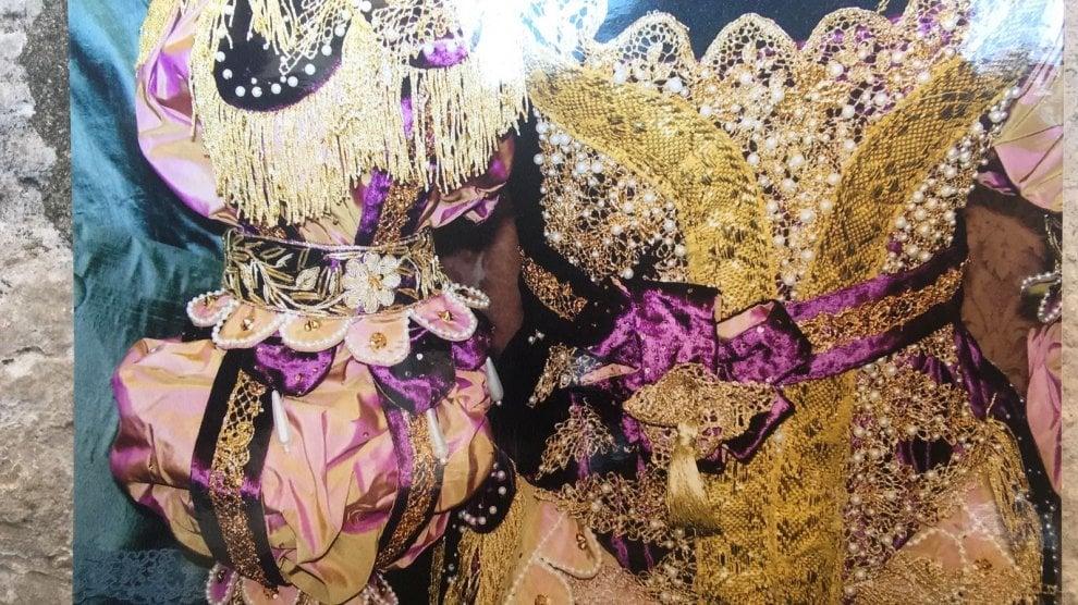 Sete, broccati e velluti: il Carnevale di Venezia in mostra a Milano
