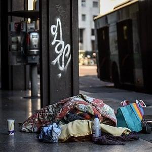 Senzatetto picchiato a Milano: è gravissimo, denunciato 48enne