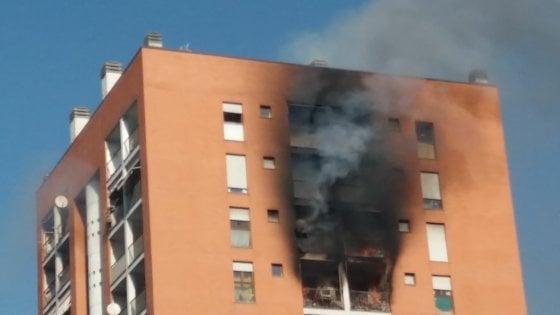 Milano, incendio in un palazzo: 12 intossicati, 1 in codice rosso