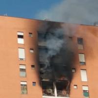 Milano, incendio in un palazzo: gravissimo un tredicenne. Il rogo partito da una stufa