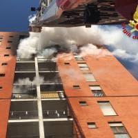 Milano, incendio in via Cogne: i vigili del fuoco spengono le fiamme