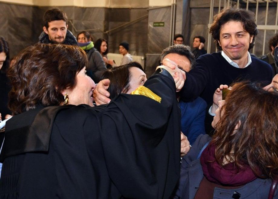 Dj Fabo, il processo Cappato finisce alla Consulta: l'esultanza di pm, imputato e parenti di Fabiano