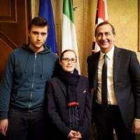 """Milano, il 18enne che ha salvato il bimbo in metrò ricevuto dal sindaco: """"Sala mi ha..."""
