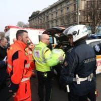 Milano, metrò inchioda: passeggeri a terra, 5 al pronto soccorso. Accertamenti sul freno d'emergenza
