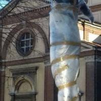 Legnano, il Comune 'impacchetta' la statua in piazza per evitare scherzi di Carnevale