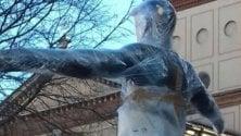 Legnano, il Comune 'impacchetta' la statua in piazza per evitare 'brutti scherzi' di Carnevale