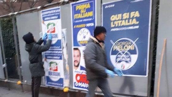 """Elezioni, Milano: gli immigrati attaccano i manifesti del centrodestra con slogan come """"Prima gli Italiani"""""""