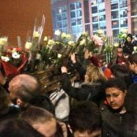 Incendio in palazzo a Milano, 13enne sarà sepolto in Marocco. Un migliaio