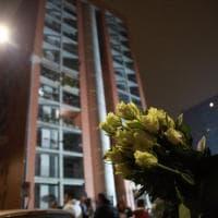 Incendio in palazzo a Milano: migliaia con rose e cartelloni per ricordare il 13enne morto