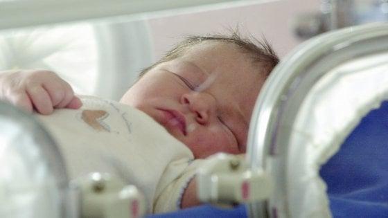 Bimba nasce in casa in arresto cardiaco: la vicina la rianima