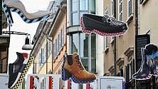 Sneakers e ballerine  sui cieli di Brera:  l'istallazione sospesa  celebra il made in Italy