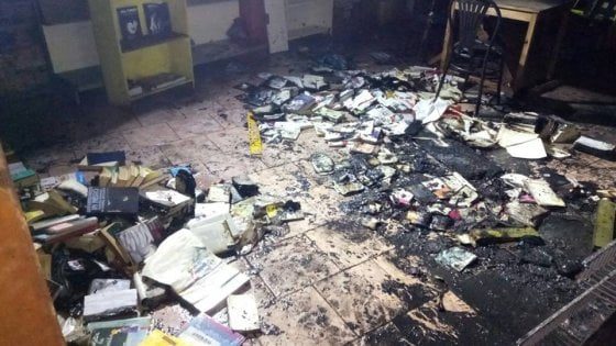 """Brescia, incendio doloso al centro sociale Magazzino 47: """"Attacco fascista"""""""