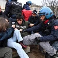 Milano, tensione in centro: studenti sgomberati in largo Cairoli dove si