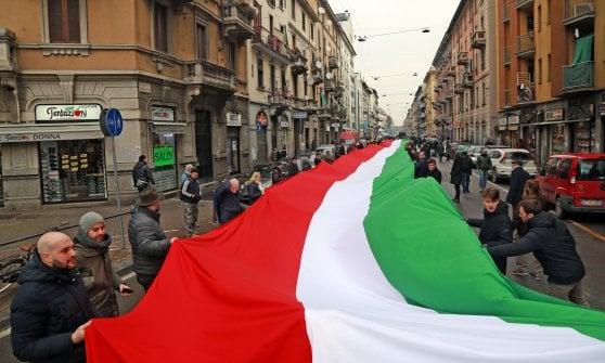 Milano, tensione in centro: studenti sgomberati in largo Cairoli. Protestavano contro CasaPound