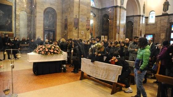 Tensione al funerale di Jessica, la madre sviene