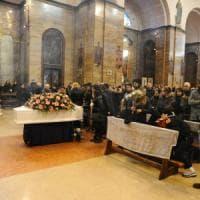Milano, emozione e tensioni per l'ultimo saluto a Jessica: la preghiera