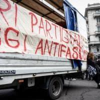 Milano, tensioni in centro: carica di polizia al presidio contro CasaPound. Maroni lascia...