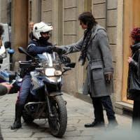 Milano Moda Donna, in centro spunta Ridge: raffica di selfie con fan e poliziotti