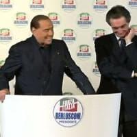 Milano, folla al Teatro Manzoni per l'intervento di Silvio Berlusconi