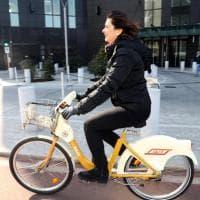 Laura Boldrini in bikesharing a Milano, la mattinata green della presidente della Camera