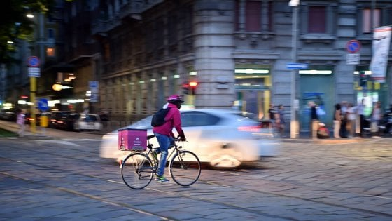 """Milano, il capo della polizia locale bacchetta i rider di Foodora&C: """"Più attenzione al codice della strada"""""""
