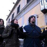 Milano, 'Liberiamo il nostro tempo': pendolari in catene contro i disservizi
