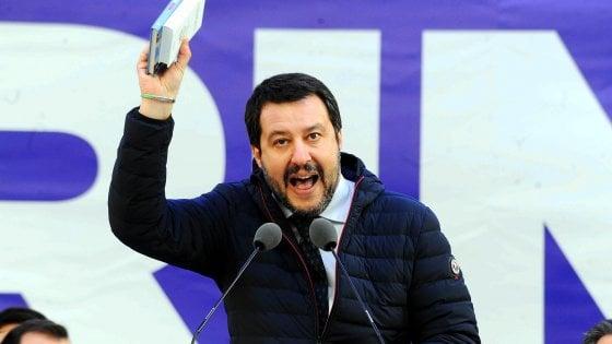 """La mamma adottiva di due bimbi scrive a Salvini: """"Fai vivere i miei figli nel terrore"""". Facebook la blocca"""