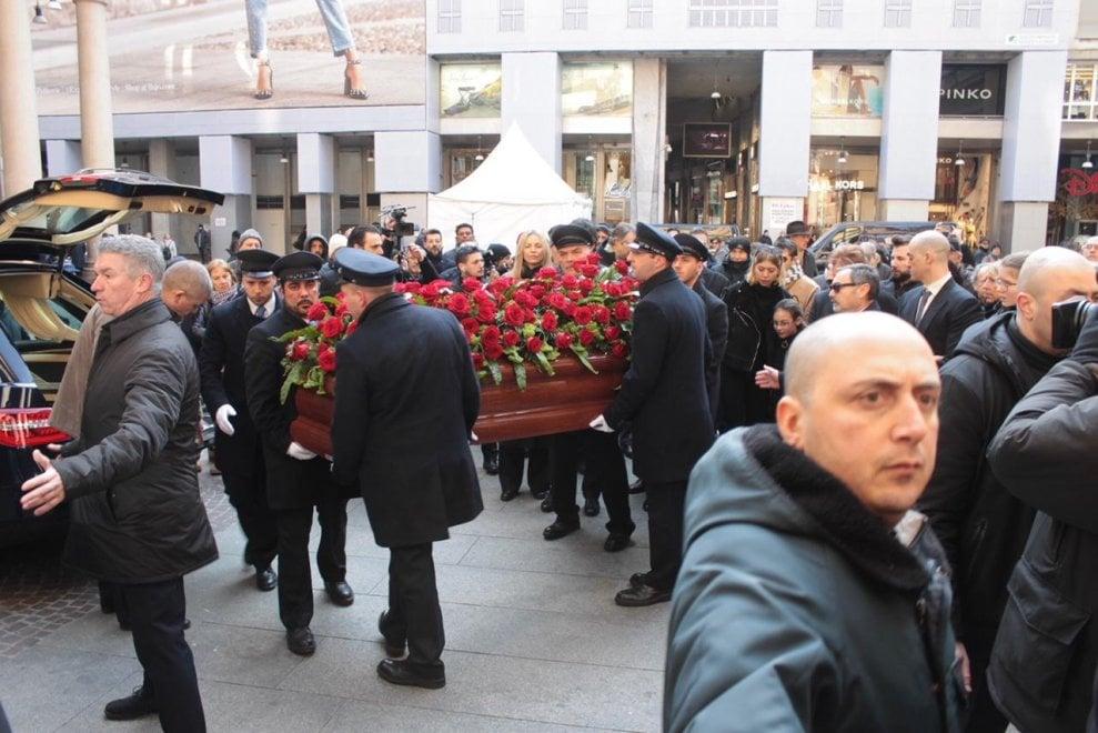 Da Lapo Elkann al sindaco Sala, da Maroni a Mariastella Gelmini, l'ultimo saluto a Gian Marco Moratti