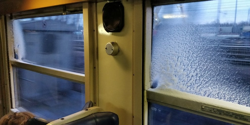 """Vagone ghiacciato, la protesta dei pendolari: """"Trenord ci fa viaggiare nella carrozza-frigo"""""""