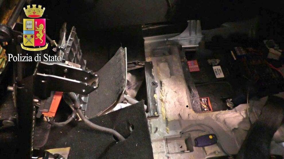 Milano, cocaina nel doppiofondo dell'auto con il telecomando: due arresti