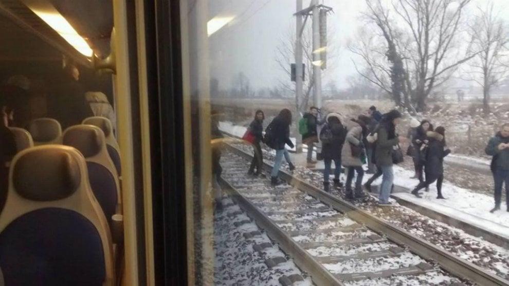 Trenord, carrozza invasa dal fumo: i passeggeri scendono al freddo in mezzo alla campagna