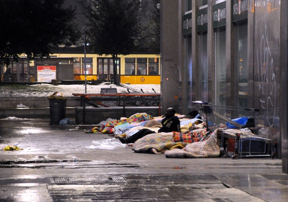 Milano, senzatetto dormono in strada dopo la nevicata