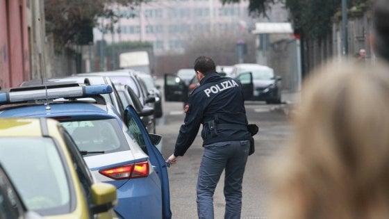 Milano, tenta di aggredire con un'ascia un leghista davanti alla sede di via Bellerio: fermato