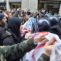 Statale Milano, scontri tra studenti e polizia durante il voto per il trasferimento