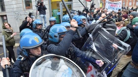 Milano, la Statale dice sì al trasloco nell'area Expo: studenti contestano, scontri con la polizia