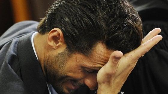 """Il giudice perdona Corona per i video sui social ma gli dà il cartellino giallo: """"No al ritorno in carcere ma rispetti i divieti"""""""