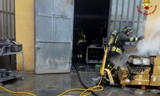 Esplosione in fabbrica, tre lavoratori ustionati nel Varesotto: i più gravi sono mamma e figlio