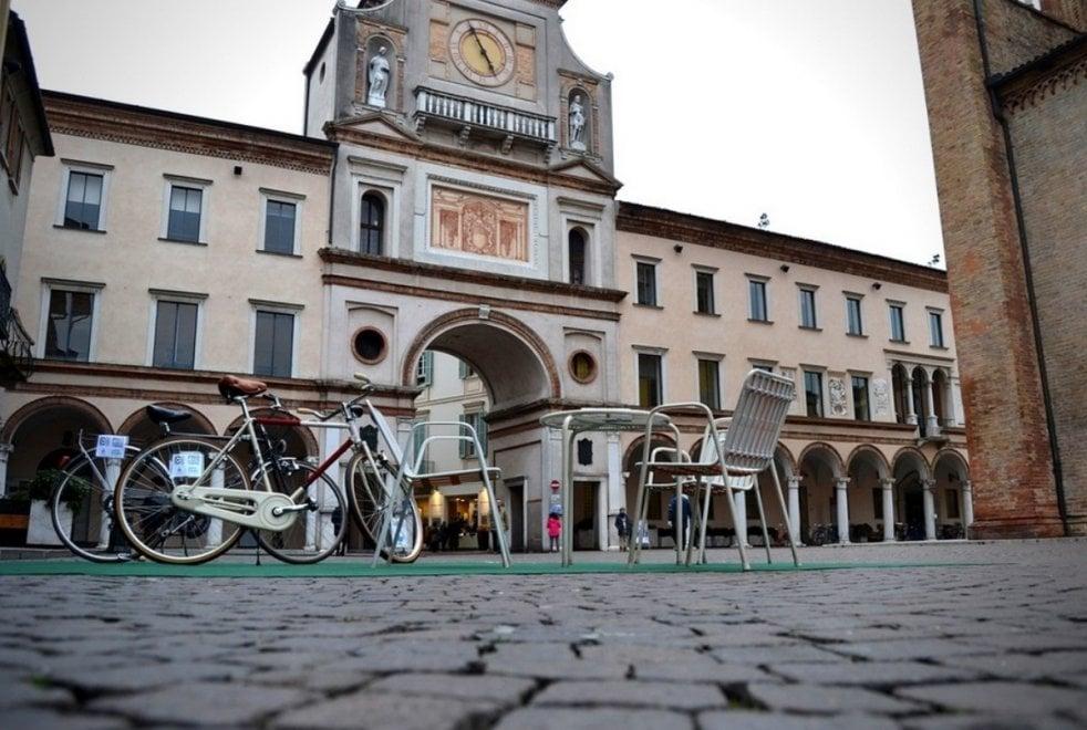 """Un tavolo, tre sedie e due bici: a Crema ricreato il set di """"Chiamami col tuo nome"""""""